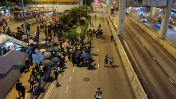 A spontaneous road blockade at Kwun Tong. Photo: Jennifer Creery/HKFP.