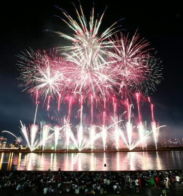 夏の夜空と川面を彩る大輪の花火=4日夜、大分川弁天大橋上流(多重露光撮影)