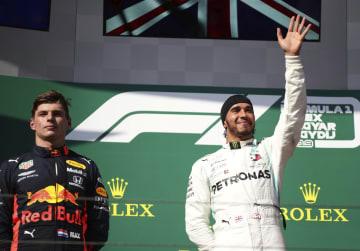 F1ハンガリーGPで優勝し、表彰式で声援に応えるルイス・ハミルトン(右)、左は2位のマックス・フェルスタッペン=モジョロード(ロイター=共同)