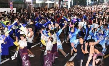 踊り手と観客が一体となり、まつりのフィナーレを飾ったうらじゃの総おどり=岡山市・市役所筋