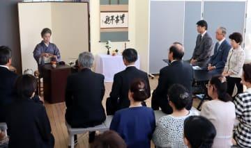 原爆犠牲者にお茶をささげた茶会=長崎原爆資料館いこいの広場