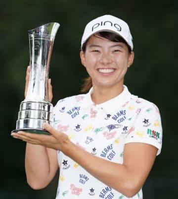 ゴルフのAIG全英女子オープンで優勝し、トロフィーを手にする渋野日向子。日本勢のメジャー勝利は42年ぶり2人目=4日、英ミルトンキーンズのウォバーンGC