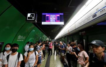 地下鉄の運行再開を待つ乗客ら=5日、香港(ロイター=共同)