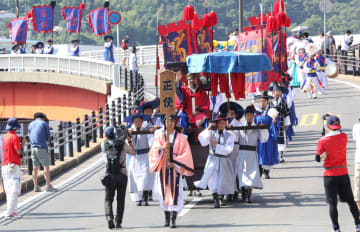 日韓関係が冷え込む中、江戸時代に朝鮮王朝から日本に送られた外交使節団「朝鮮通信使」行列を再現する日韓交流イベントが4日、対馬市厳原町で開かれた