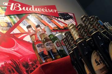 アンハイザー・ブッシュ・インベブが展開する「バドワイザー」などのビール=7月4日、香港(ロイター=共同)