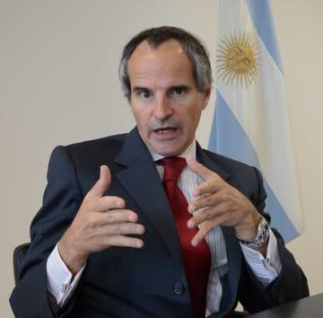 インタビューに答える在ウィーン国際機関アルゼンチン政府代表部のラファエル・グロッシ大使(共同)