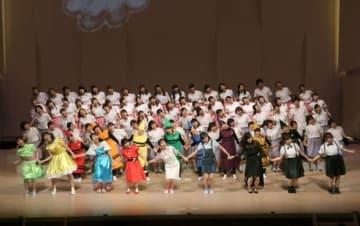 カラフルな衣装の学生が歌声を響かせたコンサート=4日、新潟市江南区