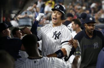レッドソックス戦で本塁打を放ち、チームメートと喜ぶヤンキースのアーロン・ジャッジ=4日、ニューヨーク(ゲッティ=共同)