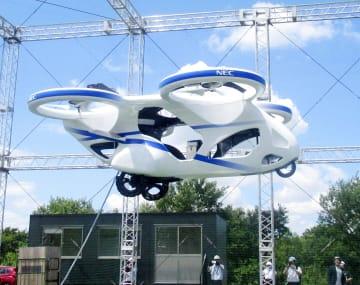NECが公開した「空飛ぶ車」試作機の浮上実験=5日、千葉県我孫子市