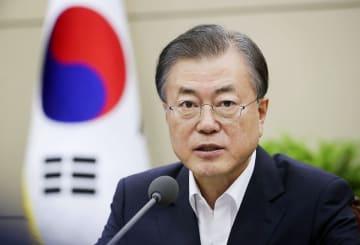 5日、ソウルの韓国大統領府の会議で発言する文在寅大統領(同府提供・共同)
