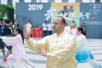 マカオで「2019年武林群英会」のパレード開催 武術や舞を披露