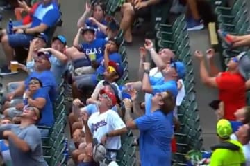 男性ファンの大迷惑な捕球方法によって悲劇が…(画像はスクリーンショット)