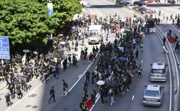 香港中心部の幹線道路を占拠するデモ隊=5日(共同)