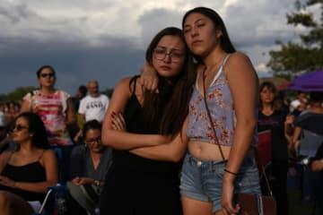 銃乱射事件の犠牲者の追悼集会=4日、米南部テキサス州エルパソ(ロイター=共同)