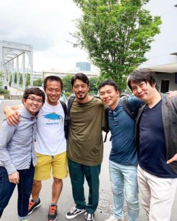 うらわClipのメンバー(両サイド2名)と醸造に参加した鈴木さん(中央)