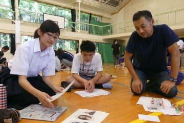 竹田市の児童生徒と意見を交わす学校新聞特派員の古田春陽さん(左端)=1日午前、竹田市荻町