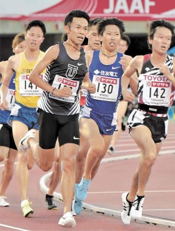 日本選手権5000メートル決勝を走る相沢(手前左)と遠藤(130)。刺激し合う関係が「王国」をより強固にする=6月27日、福岡市