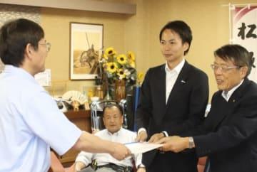 【入札制度の意見書を竹上市長(左)へ提出する久松委員長(右)=松阪市役所で】