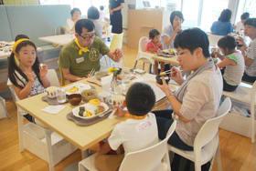 ナチュの森のレストランで食事を楽しむ福島県内の家族