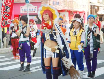 コスプレの衣装を身にまとい、市民おどりに参加する女性