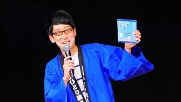 ※鉄道ひとり旅まつりでBDを掲げる吉川さん 写真:鉄道チャンネル編集部