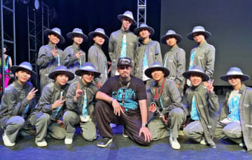 入賞を喜ぶHOMELAND OKINAWAのメンバー(同チーム提供。米ロサンゼルスで)