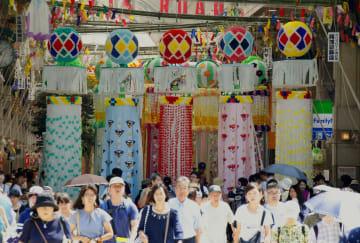 「仙台七夕まつり」が開幕し、商店街に飾られた色鮮やかな吹き流し=6日午前、仙台市