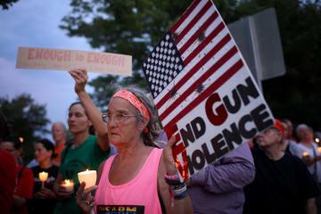 5日、米バージニア州フェアファクスの全米ライフル協会(NRA)本部前で、銃乱射事件の追悼集会を開く銃規制支持者ら(ゲッティ=共同)