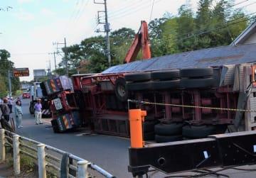 県道で横転し、軽乗用車を押しつぶした大型トレーラー=昨年9月、千葉市若葉区(写真は一部加工してあります)