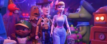 ウッディの左隣にいるのがイーグル・トイ - (C) 2019 Disney / Pixar. All Rights Reserved.