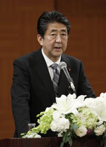 記者会見する安倍首相=6日午前、広島市