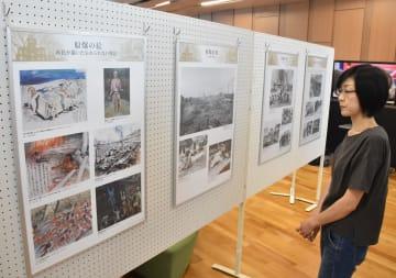 被爆の実相を伝える展示パネルに見入る来場者=5日午前、大田原市本町1丁目の市本庁舎