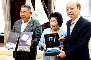 県漁連の新たなギフト商品をPRする尾山会長(中央)。右は石井知事=県庁