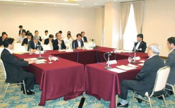 新潟市など4首長と花角英世知事が地域課題について意見交換した懇談会=5日、新潟市中央区