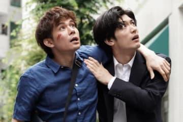 連続ドラマ「TWO WEEKS」第4話に出演する柿澤勇人さん(左)と三浦春馬さん=カンテレ提供
