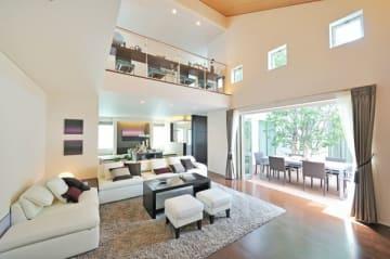 高気密・高断熱の住宅だからできる吹き抜け・大開放のゆとりある空間構成(アエラホーム提供)