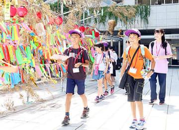高岡駅周辺を散策する子どもたち=ウイング・ウイング高岡前