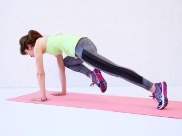 腹筋にスッと入った縦線と引き締まったお腹は、水着との相性も抜群! ここでは、ほどよく鍛えられたカッコいい腹筋への2週間最短コースを紹介します。