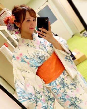 浴衣姿を披露した女優でモデルの小松彩夏さん