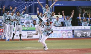 11回、サヨナラ2ランを放ち、一塁に向かうロッテ・清田と喜ぶロッテナイン=ZOZOマリン
