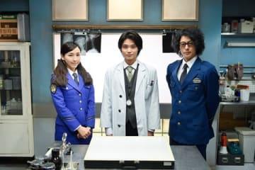コメディーミステリードラマ「時効警察はじめました」に出演する(左から)麻生久美子さん、磯村勇斗さん、オダギリジョーさん =テレビ朝日提供