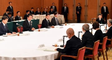 テーブルを挟み被爆者団体の代表たちから要望を聞く安倍首相(奥左から2人目)