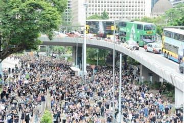 デモ参加者で埋め尽くされた香港の道路=7月28日、香港・中環地区
