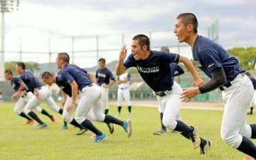 機動力を生かすためダッシュを繰り返す藤蔭ナイン=兵庫県伊丹市の伊丹スポーツセンター