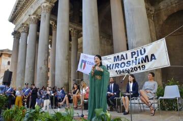 ローマの古代遺跡パンテオン前広場で歌う音楽家のマキ・奈尾美さん=6日(共同)