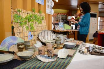 朝顔などが描かれた器や魚をかたどった皿が並んだ会場=唐津市の西ノ門館