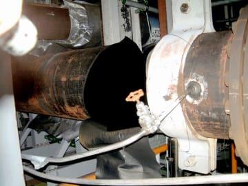 破裂し蒸気が漏れた美浜原発3号機タービン建屋内の配管=2004年8月9日、福井県美浜町