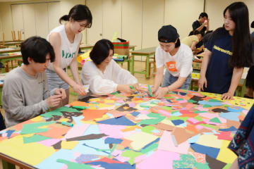 日韓合同で制作に取り組む学生ら=西九州大学短期大学部佐賀キャンパス