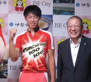 【自転車競技ジュニア世界大会への抱負を語った小西選手(左)=伊勢市役所で】