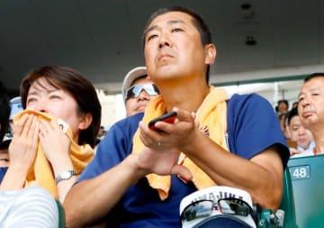 開会式で宇和島東ナインを見守る保護者ら=6日、甲子園球場